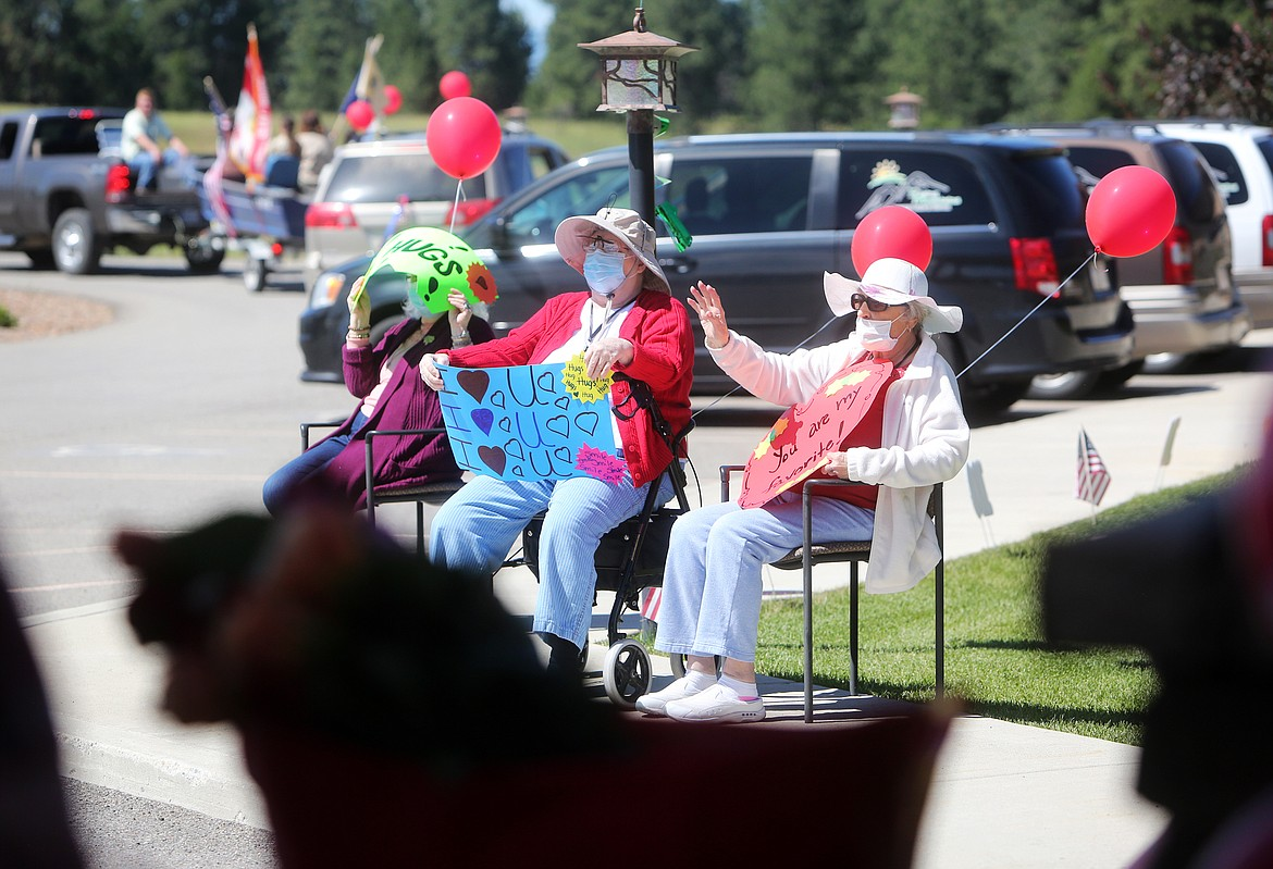$ID/NormalParagraphStyle:MACKENZIE REISS PHOTOS | Bigfork Eagle $ID/NormalParagraphStyle:Residents wave to passersby during Dent's parade.